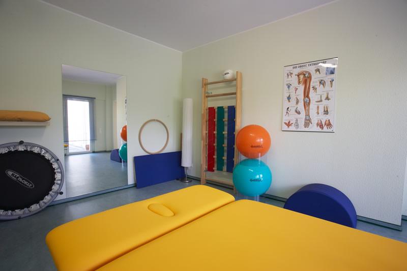 ... eine Bobath-Behandlungsbank sowie diverse Trainingsgeräte